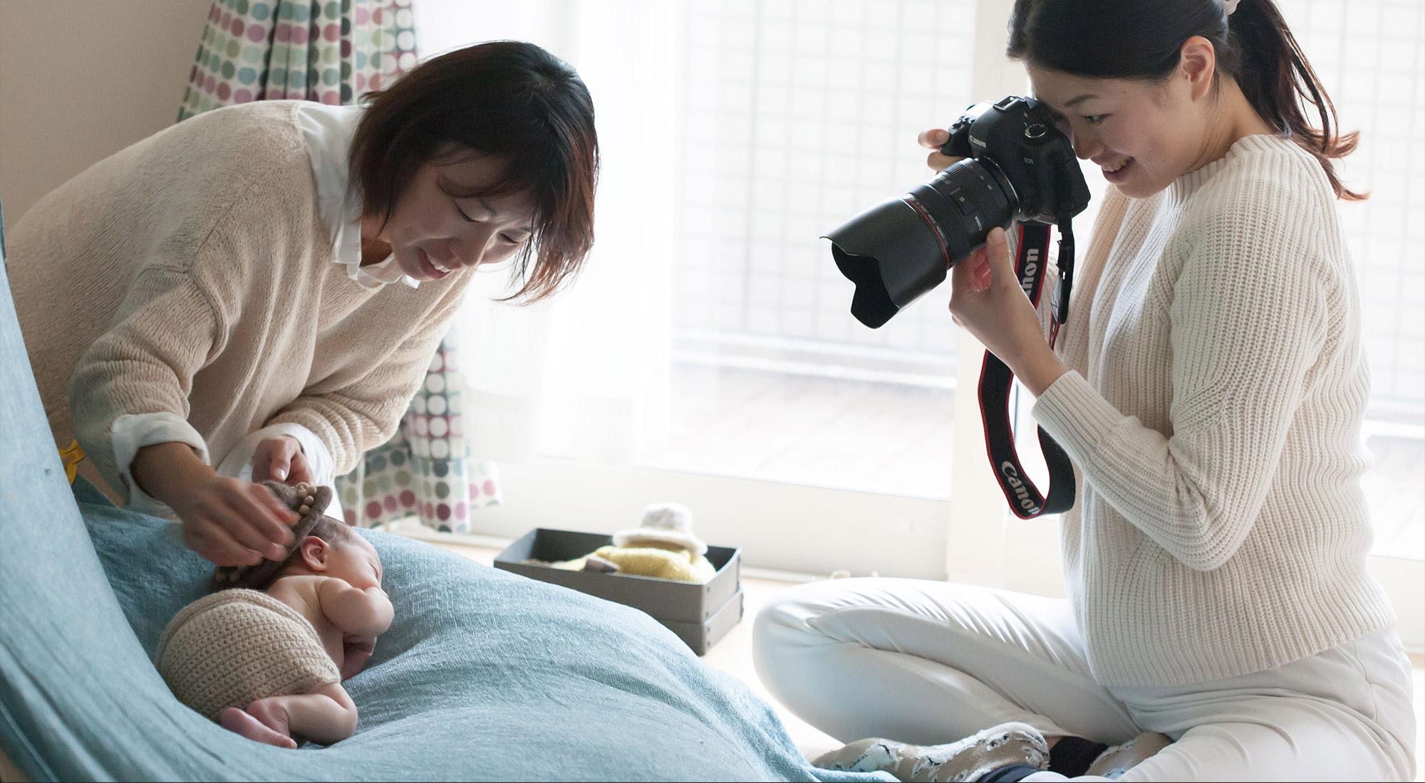写真家と助産師が、<br>ご自宅を訪問するサービスです。